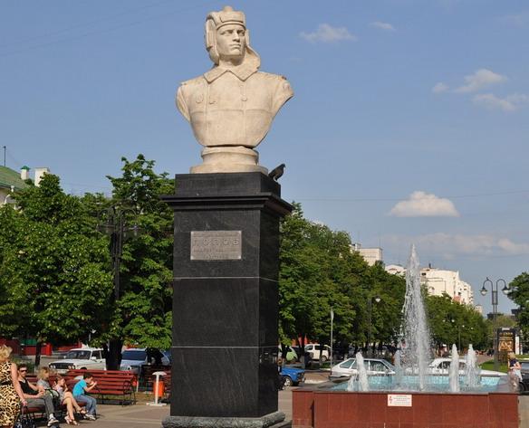 Памятник гвардии старшему лейтенанту А. И. Попову. Белгород. Фото