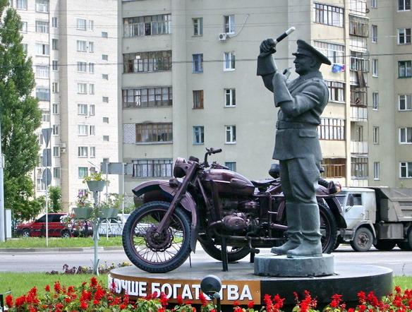 Памятник неподкупному гаишнику. Белгород. Фото