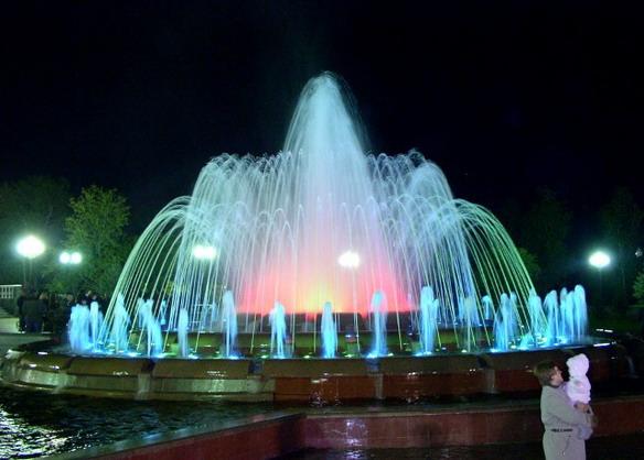 Музыкальный фонтан с подсветкой. Биробиджан. Фото
