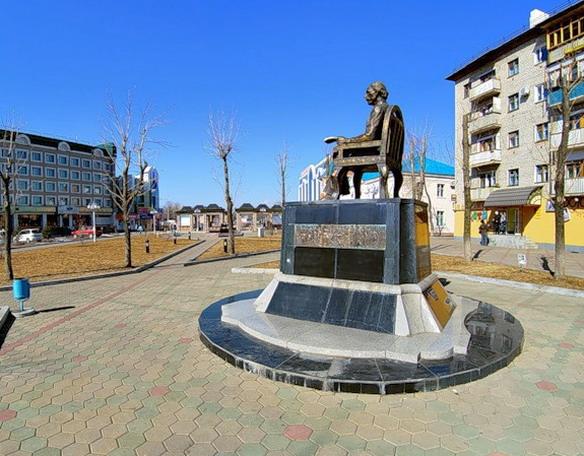 Памятник Шолом-Алейхему. Биробиджан. Фото